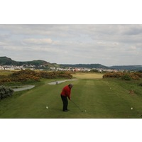 The par-4 16th hole at Conwy Golf Club features a small landing zone.