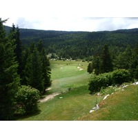 The par-3 fourth hole at Correncon en Vercors golf course, at 209 meters, heads straight downhill.